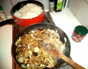 Plat de riz aux oignons et champignons