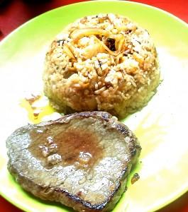 Un plat de riz aux oignons et champignons